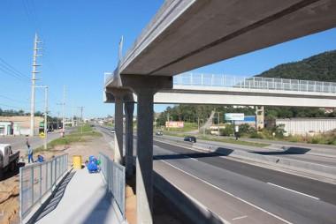 Usuários devem evitar travessia por passarela em obras