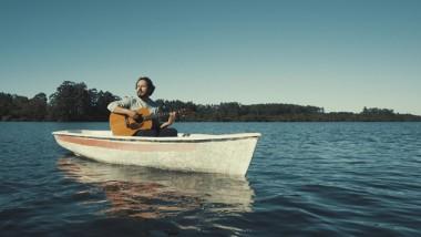 Cantor Jorge Nando lança clipe gravado na Lagoa dos Esteves