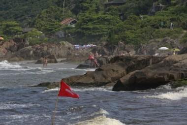 Cores de bandeiras na praia orientam sobre os riscos no mar