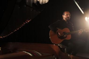 Cantor Jorge Nando lança clipe com participações de casais