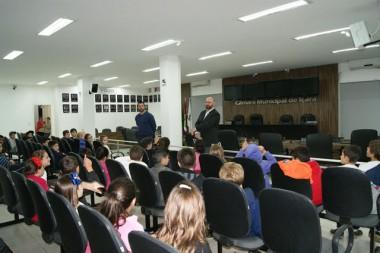 Alunos da Escola Dimer Pizzetti conhecem o Legislativo