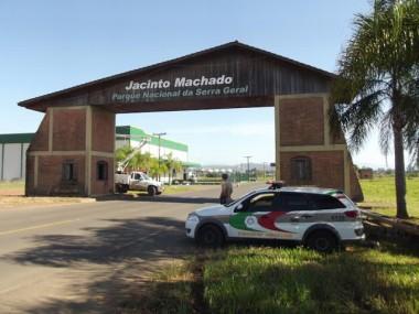 Portal na entrada de Jacinto Machado passa por limpeza