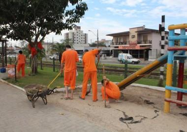 Projeto de ressocialização beneficia comunidade com limpeza