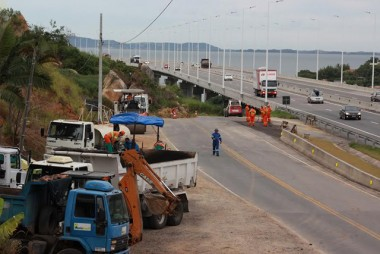 Faixa auxiliar recebe asfalto em via lateral da BR-101 Sul