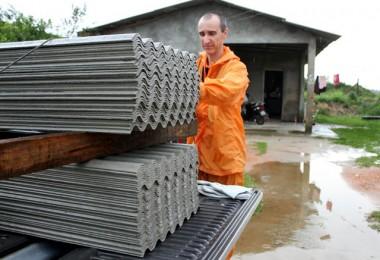 Defesa Civil entrega telhas para moradores atingidos por temporal