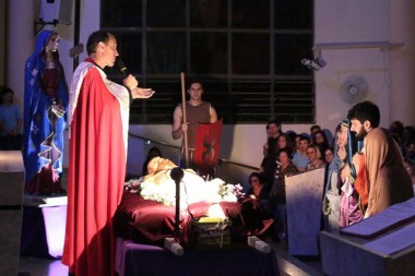 Mais de 10 mil pessoas participam de procissão com o Senhor Morto