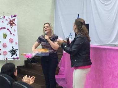 Mulheres lotam auditório para participar de palestra