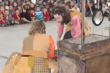 Peça teatral gratuita atrai atenção de estudantes de Maracajá