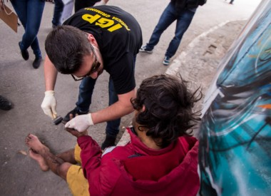 """Força-tarefa aborda usuários de drogas e faz limpeza na """"cracolândia"""""""