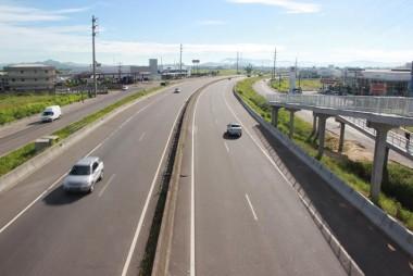 Tráfego em vias lindeiras requer cuidado dos motoristas e pedestres