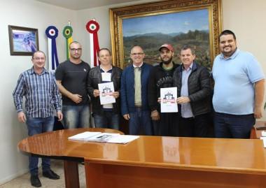 Integrantes Moto Grupo Veneza buscam apoio o Moto Veneza