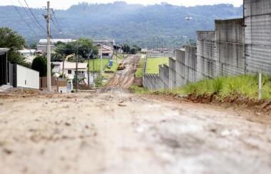 Prefeitura inicia pavimentação asfáltica no Rio Maina