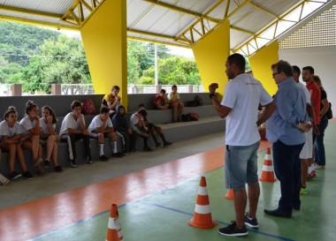 Escolinhas de Rio Jordão recebe uniforme para treino