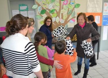 Alunos do SCFV de Jacinto Machado recebem doação de mantas
