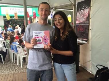 Jornalista Tatiana Kinoshita faz tarde de autógrafos