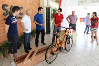 Bicicleta de madeira é entregue pela Engenharia Mecânica da Satc