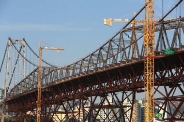 Ponte Hercílio Luz recebe última grua no vão central