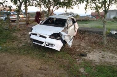 Veículo sai da pista, capota e dois ficam feridos