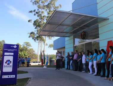 Governo inaugura posto de saúde e reforma de escola