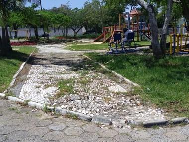 Lamentável: Praça Adélia em Içara está abandonada