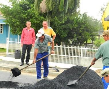 Lombadas são iniciadas na Rodovia Genésio Mazon
