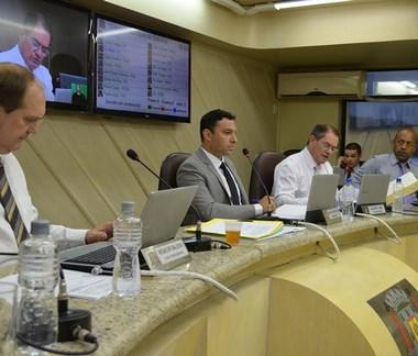 Vereadores derrubam veto integral do prefeito ao projeto