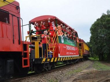 Trem de Natal da FTC passa por Siderópolis e distribui brinquedos