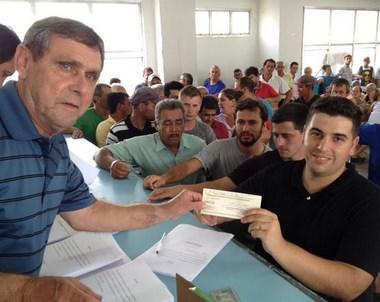 Ex-trabalhadores da Criciúma Construções recebem créditos