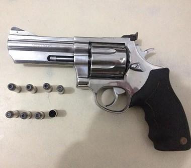 PMs de Araranguá prende homem por porte ilegal de arma de fogo