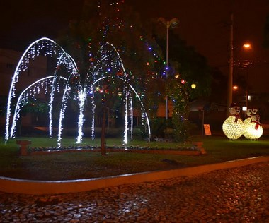Praça adotada pela Fontana ganha decoração de Natal